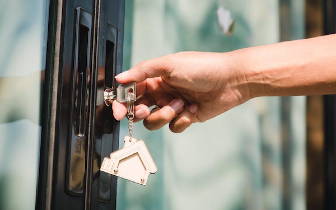 ¿Se puede cerrar con llave la puerta de acceso a un edificio?